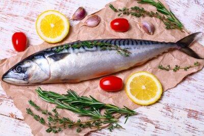 Cuadro Ingredientes para hornear filetes de scomber, incluyen la caballa cruda, el limón, el ajo, el romero