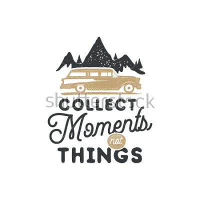 Cuadro Insignia y emblema de camping dibujado mano vintage. Senderismo etiqueta. Logo inspirador de aventuras al aire libre. Tipografía de estilo retro. Cita motivacional - colección momentos para estampado