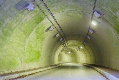 Cuadro Interior de un túnel urbano en la montaña sin tráfico ..