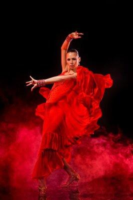 Cuadro Joven bailando Latina sobre fondo ahumado oscuro