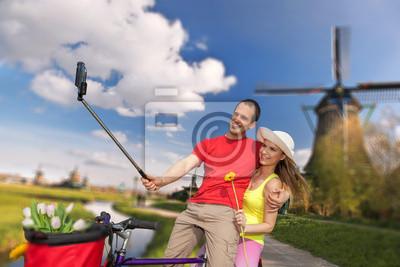 Cuadro Joven de tomar Autofoto contra molinos de viento cerca de Amsterdam, Holanda