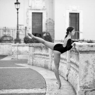 Cuadro Joven hermosa bailarina bailando en la Plaza de España en Roma,