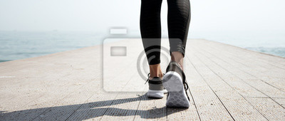 Cuadro Joven hermosa chica deportiva preparándose para correr