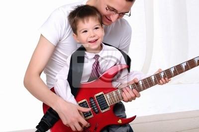 joven padre enseña a su hijo pequeño