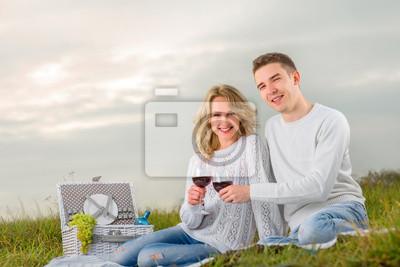 joven pareja en un picnic
