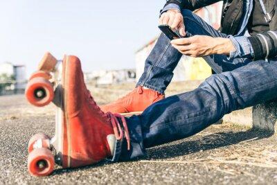 Cuadro Joven patinador con teléfono inteligente