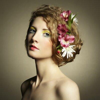 Cuadro Joven y bella mujer con delicadas flores en el pelo