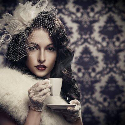 Cuadro Joven y bella mujer retro de tomar café