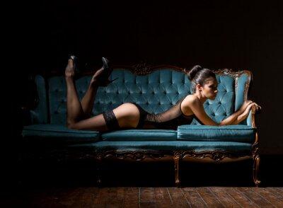 Cuadro Joven y sexy mujer en lencería en un sofá vintage