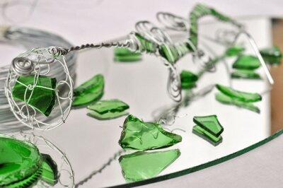 Joyas hechas a mano hechas de hierro, espejos y vidrio