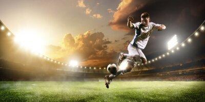 Cuadro Jugador de fútbol en la acción en la puesta de sol panorama panorama