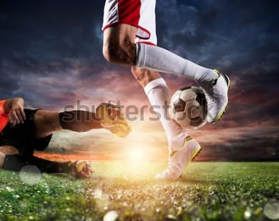 Cuadro Jugadores de fútbol con soccerball en el estadio durante el partido