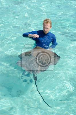 Jugando Turista con raya en una laguna