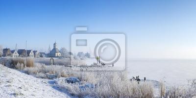 La aldea de Durgerdam, Países Bajos en un paisaje congelado