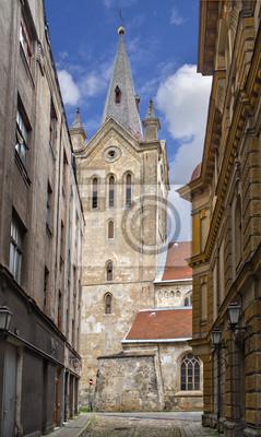 La antigua iglesia en la ciudad de Cesis, Letonia, Europa