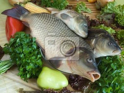 La carpa de pescado de cerca de tabla de cortar
