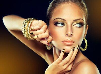 Cuadro La chica con el maquillaje de oro y clavos de metal.