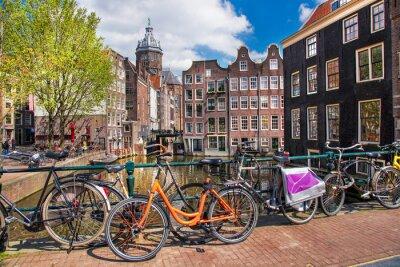 Cuadro La ciudad de Amsterdam con bicicletas en el puente en Holanda