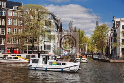 Cuadro La ciudad de Amsterdam con los barcos en el canal en Holanda