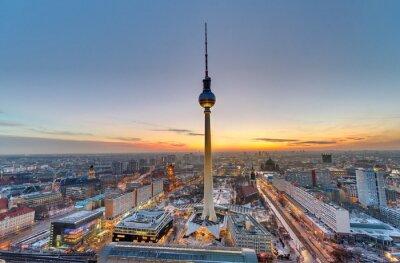 Cuadro La famosa torre de televisión en Berlín al atardecer