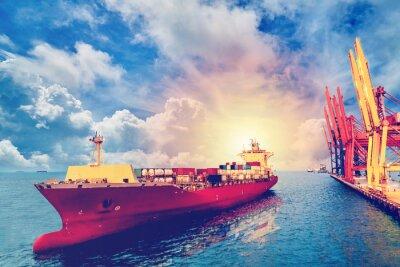Cuadro La logística y el transporte del buque de carga internacional del envase con los puertos cranean el puente en el puerto para la industria logística del fondo y de la exportación de la importación de i