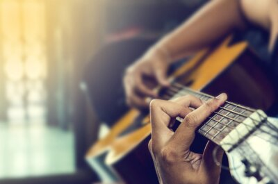 Cuadro la mano del hombre en la guitarra clásica