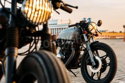 Cuadro La motocicleta de encargo del corredor del café de la motocicleta de la vendimia con las luces de la lámpara giró encendido. Uno con la linterna de la parrilla otro con la cinta sobrepasa óptica en el