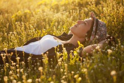 Cuadro La muchacha en un sombrero dremet entre flores silvestres