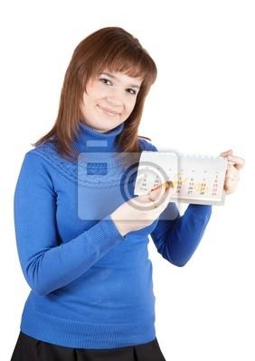 La muchacha está marcando un día en el calendario de una