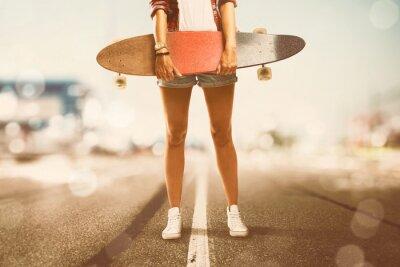 Cuadro La muchacha sostiene Longboard