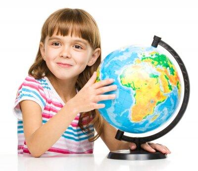 Cuadro La niña está estudiando mundo