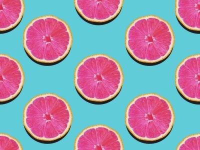 Cuadro La toronja en plano pone el patrón frutal de la toronja con la carne rosada en un fondo turquesa Vista superior Modelo plano de la endecha plana moderna en estilo del arte pop