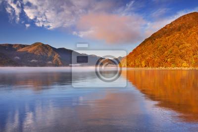 Lago Chuzenji, Japón en la salida del sol en otoño