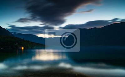 lago en el claro de luna