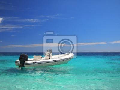Lancha de carreras en un mar color esmeralda