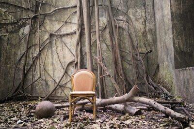 Cuadro Las raíces, la vieja silla y la pared en ruinas