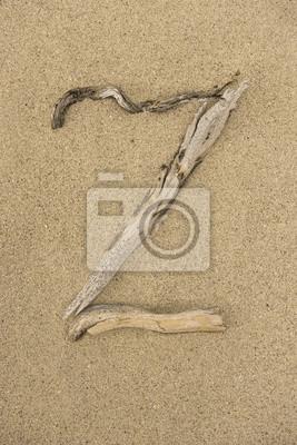 Letra del alfabeto Z hecha de trozos de madera sobre la arena