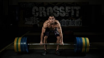 Cuadro Levantamiento de pesas. Deporte. Resistencia. Muscular atleta sin camisa levantando pesado barbell en el gimnasio.
