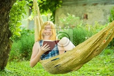 libro de lectura de la niña en la hamaca
