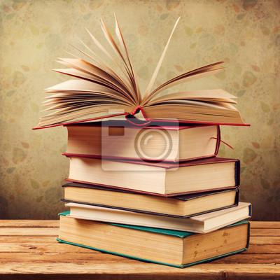 Libros Antiguos De La Vendimia En La Mesa De Madera Sobre El