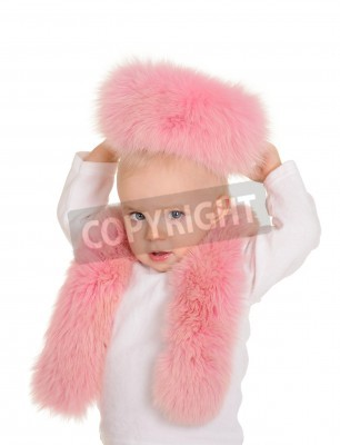 Linda Niña Vestida En Juego Piel De Color Rosa Sobre Fondo