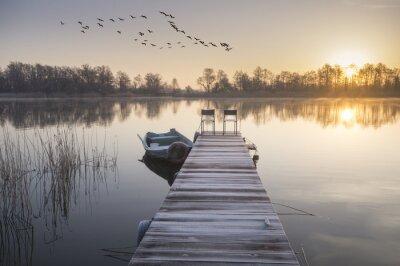 Cuadro łódka zacumowana zimą do drewnianego pomostu
