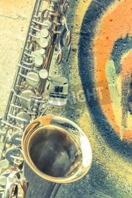 Cuadro Lone viejo saxofón se inclina contra la pared de ladrillo fuera del club de jazz abandonado