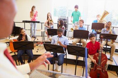Cuadro Los alumnos que tocan los instrumentos musicales en la Orquesta Escuela