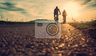 Cuadro Los ciclistas están en la carretera de la puesta del sol