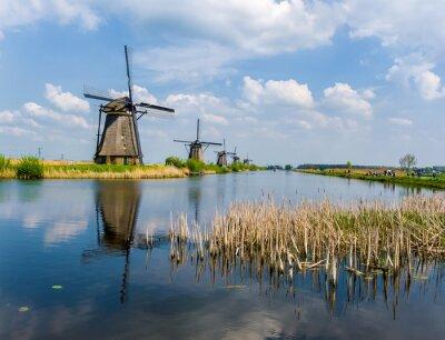 Los famosos molinos de viento de Kinderdijk, Holanda en un hermoso día de primavera.