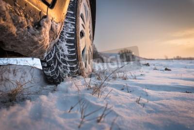 Cuadro Los neumáticos del coche en el camino del invierno