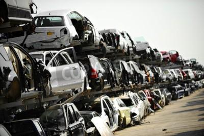 Cuadro Los vehículos destrozados se ven en un depósito de chatarra de automóviles