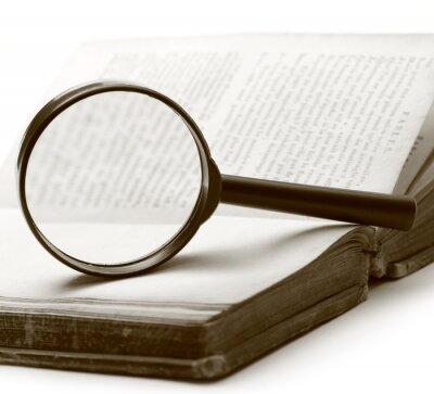 Cuadro Lupa y libro viejo en el fondo blanco