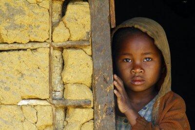 Cuadro Madagascar-tímido y pobre niña africana con pañoleta
